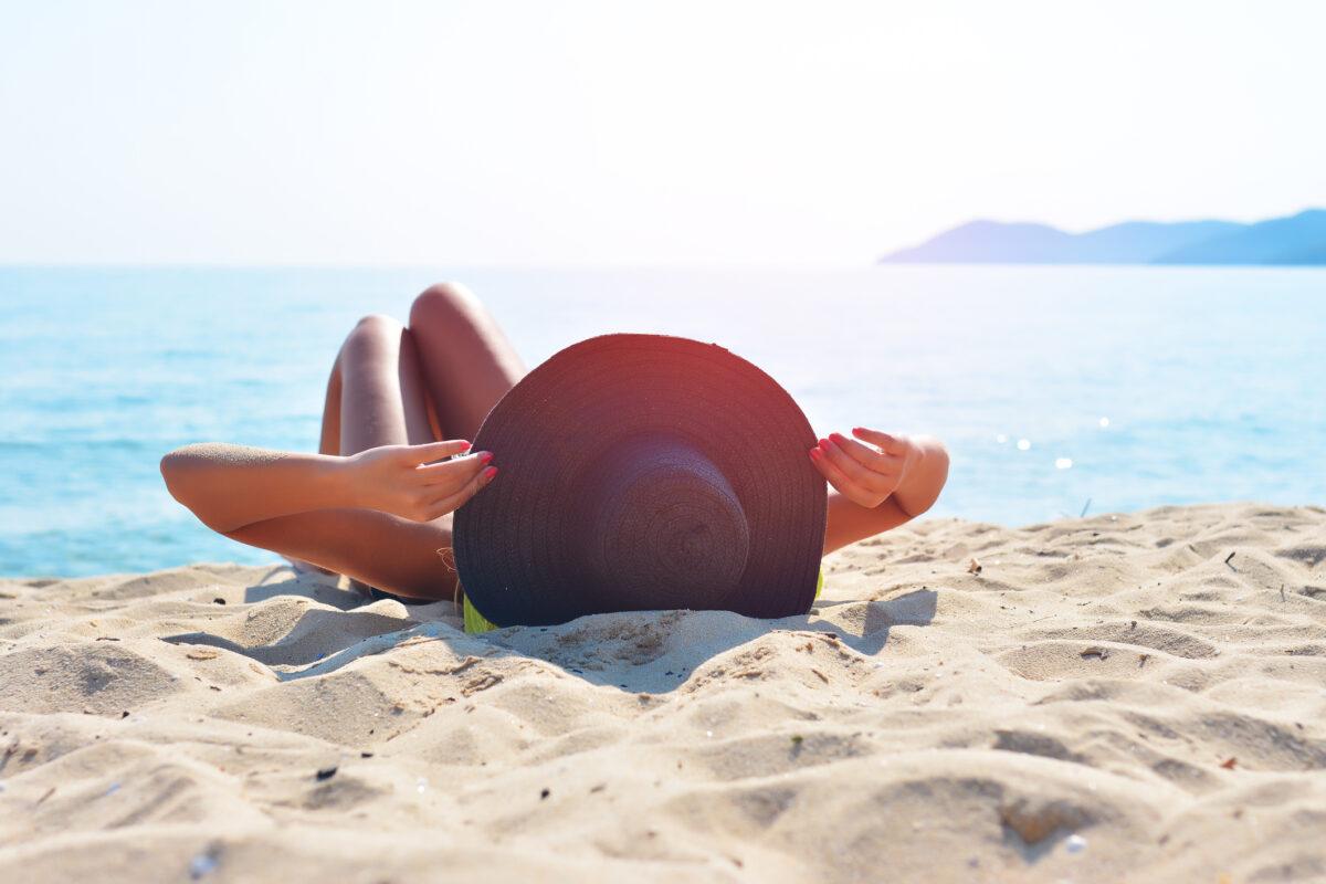 zonnen op het strand verrijk de huid met vocht